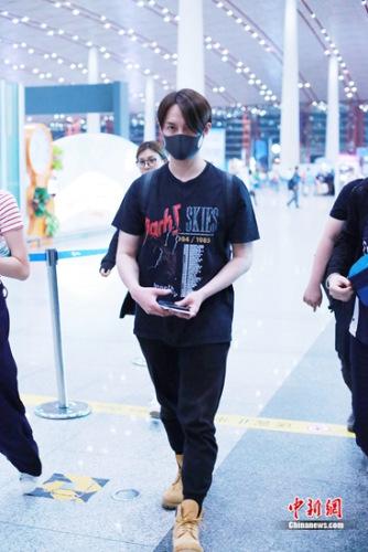 尹正低调现身机场