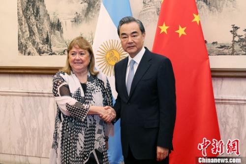 5月17日,中国外交部长王毅同阿根廷外长马尔科拉在北京共同主持中阿政府间常设委员会(两国委员会)第二次会议。中新社记者 韩海丹 摄