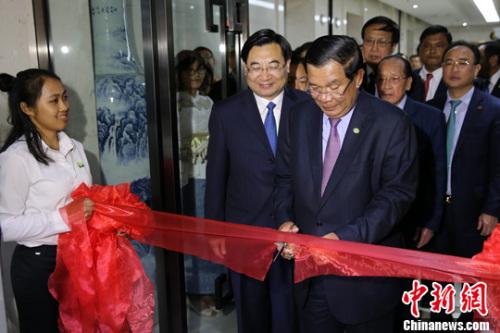 5月17日,柬埔寨王国首相洪森为商务中心剪彩。中新社记者 张远 摄