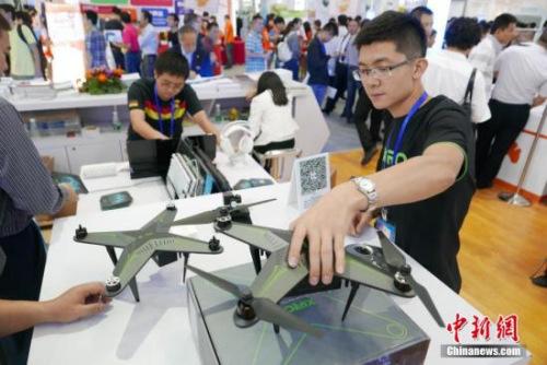资料图:第十七届中国国际高新技术成果交易会上,多款无人机暨飞行器炫酷展示。<a target='_blank' href='http://www.chinanews.com/'>中新社</a>记者 陈文 摄