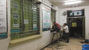 工人连夜整改,增加窗口高度。