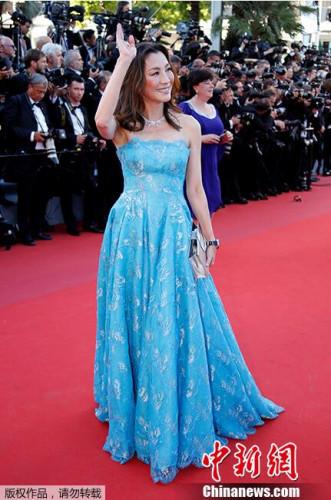 图为杨紫琼抹胸蓝色花裙亮相。