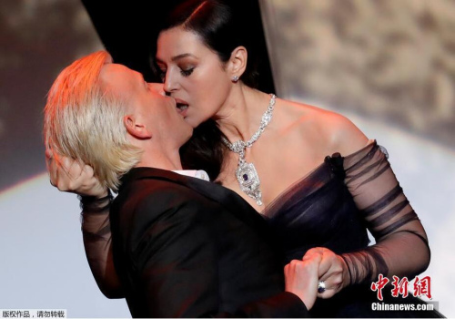 女神莫妮卡・贝鲁奇是当晚开幕式的主持人,她现场与法国喜剧演员Alex Lutz当众热吻。