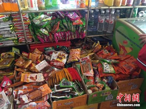 北京某学校附近超市的各种零食。<a target='_blank' href='http://www.chinanews.com/' >中新网</a> 邱宇 摄