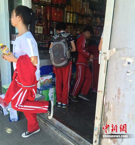 资料图:北京丰台区某小学的学生在附近小超市买东西。<a target='_blank' href='http://www.chinanews.com/' >中新网</a> 邱宇 摄