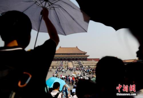 5月18日,游客在北京故宫博物院参观,北京持续高温。<a target='_blank' href='http://www.chinanews.com/'>中新社</a>记者 杜洋 摄