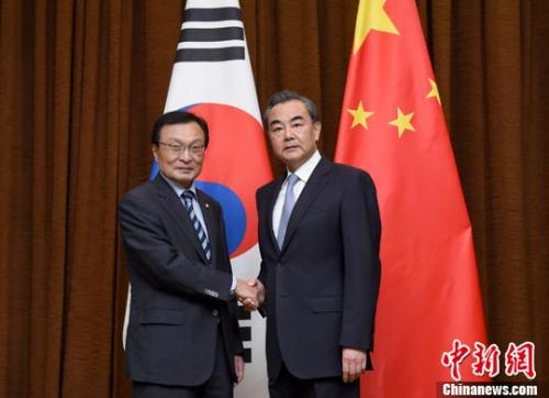 5月18日,中国外交部部长王毅(右)在北京会见韩国总统文在寅特使、韩国国会议员、前总理李海瓒。中新社记者 侯宇 摄
