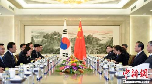 5月18日,中国外交部部长王毅(右二)在北京会见韩国总统文在寅特使、韩国国会议员、前总理李海瓒(左二)。中新社记者 侯宇 摄