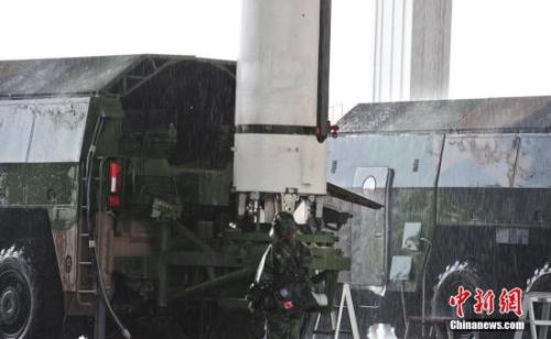 模拟复杂条件下的雨天发射训练。 中新社记者 刘占昆 摄