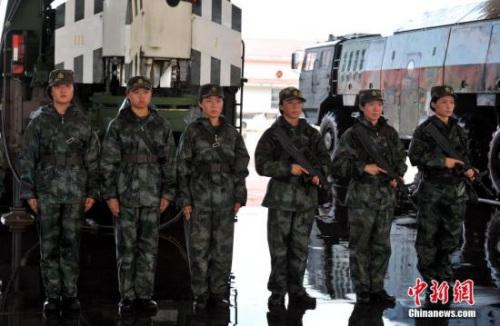 """中国人民解放军火箭军""""常规导弹第一旅""""进行导弹发射训练。图为女子导弹发射连士兵。 中新社记者 刘占昆 摄"""