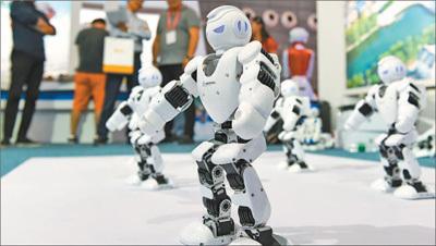 图为中博会上机器人表演。徐 靖 苗子健摄影报道