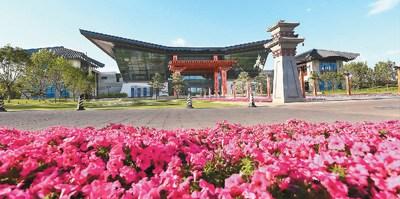 高峰论坛召开期间的北京雁栖湖国际会议中心。   本报记者 王昊男摄
