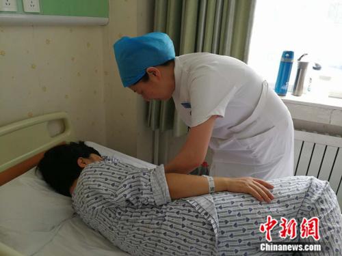 孙敏在床旁指导产妇给新生儿喂奶 <a target='_blank' href='http://www.chinanews.com/' >中新网</a>记者 张尼 摄