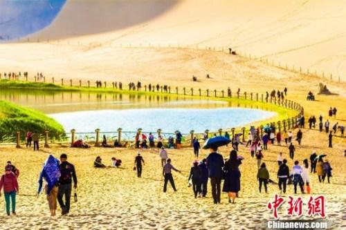图为络绎不绝的游客前往月牙泉观光游览。 王斌银 摄