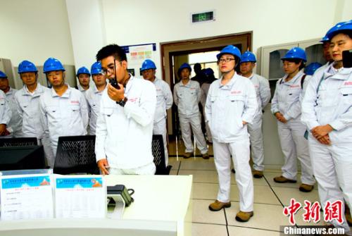 缅甸当地时间5月19日10点10分,中缅管道南坎原油计量站采样显示,原油纯油头已经顺利到达该站。这标志着中缅原油管道(缅甸段)投产成功,中缅油气管道项目进入新的历史阶段。图为工作人员下达采样指令。<a target='_blank' href='http://www.chinanews.com/'>中新社</a>记者 钟欣 摄