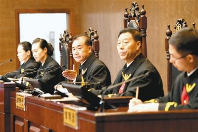 张立勇(右二)担任审判长审案