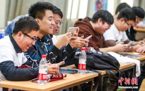 10月29日,北京大学和清华大学电竞俱乐部的学生在北大进行了一场全民枪战对抗赛,最终北大队获胜,图为观众密切注视大屏幕直播。两个学校参赛的八名选手,是从俱乐部几百名会员中选拔出来的,当天也有两百多名会员前来观赛。 <a target='_blank' href='http://www.chinanews.com/'>中新社</a>记者 张浩 摄