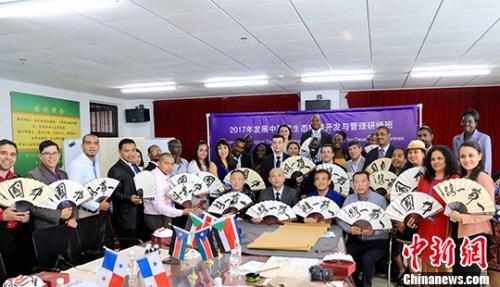 5月18日,由中国商务部主办的2017年发展中国家生态旅游开发与管理研修班在哈尔滨开课,来自亚洲、非洲和拉美地区的11个国家的32名旅游行业的官员和学者,在中国北疆生态旅游大省黑龙江接受培训,一边学习生态旅游产业相关经验与管理模式,一边零距离接触中国传统文化。 <a target='_blank' href='http://www.chinanews.com/'>中新社</a>记者 王舒 摄