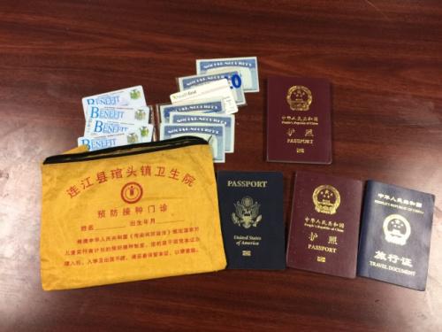 """装着证件的黄色包裹上写着""""连江县""""的字样,孔史提才将包裹拿到福建同乡会请求帮忙找回失主。(美国《世界日报》/记者颜嘉莹 摄)"""