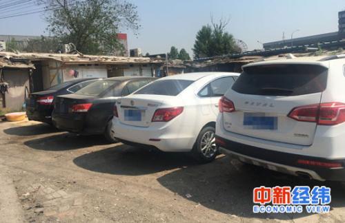 5月17日,后厂村的空地上排列的外地牌照小轿车 中新经纬 魏薇摄