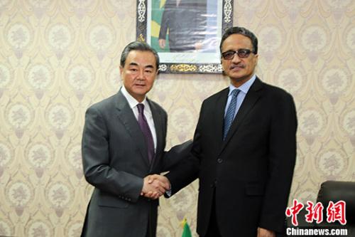 5月19日,中国外交部长王毅在努瓦克肖特与毛里塔尼亚外长比赫举行会谈。 中新社记者 宋方灿 摄