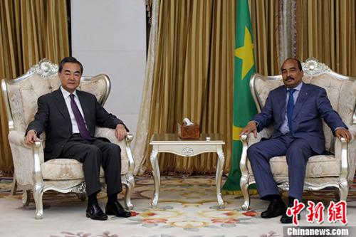 5月19日,毛里塔尼亚总统阿齐兹在努瓦克肖特会见中国外交部长王毅。 中新社记者 宋方灿 摄