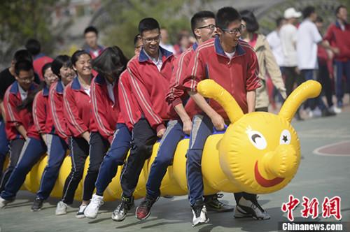 """高三学生参与""""毛毛虫十人跑""""比赛。 记者 刘文华 摄"""