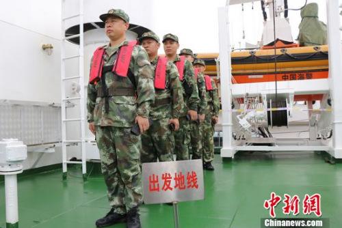 图为海警官兵手握弹夹准备射击。潘洁 摄
