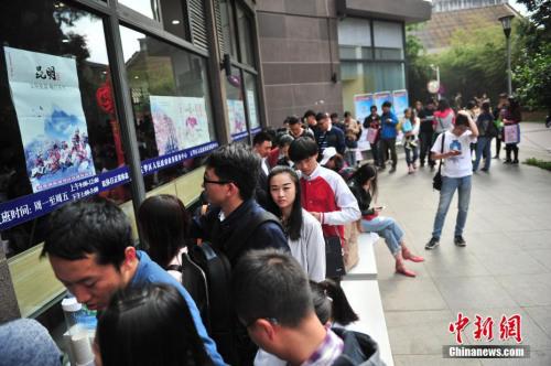 """5月20日,大厅里挤满排队领证的新人。由于""""520""""与""""我爱你""""谐音,昆明不少新人选择在这个具有特殊纪念意义的日子登记结婚。 <a target='_blank' href='http://www.chinanews.com/'>中新社</a>记者 刘冉阳 摄"""