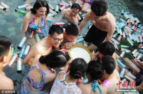 2016年12月11日,浙江省杭州市举办了一场温泉素颜相亲派对,几十名单身男女,坦诚相见。平时相亲,很多人都是咖啡馆正襟危坐,有些女孩子化妆到看不出真容,此次参加温泉相亲都卸掉精致的妆容。图片来源:视觉中国