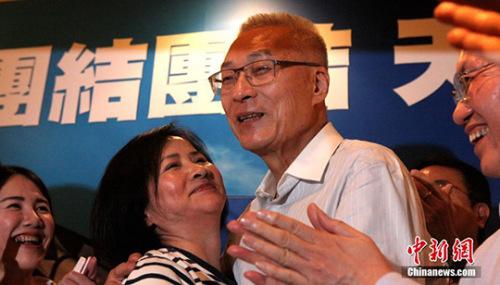图为吴敦义胜选后与妻子蔡令怡拥抱。 <a target='_blank' href='http://www.chinanews.com/'>中新社</a>记者 刘舒凌 摄