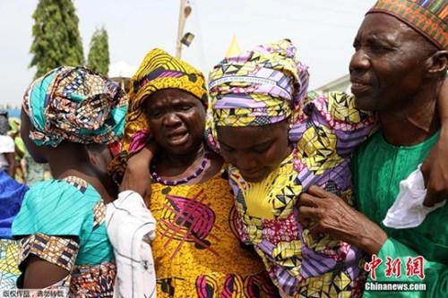"""当地时间5月19日,近日获释的被极端组织""""博科圣地""""绑架的82名少女终于在尼日利亚首都阿布贾与自己的家人团聚。"""