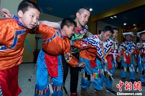5月20日,西藏自治区群艺馆桑丹老师指导排练。 <a target='_blank' href='http://www.chinanews.com/'>中新社</a>记者 何蓬磊 摄