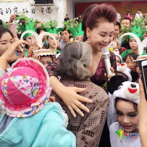 文艺志愿者、歌剧艺术家孙丽英在上尹村为村民歌唱