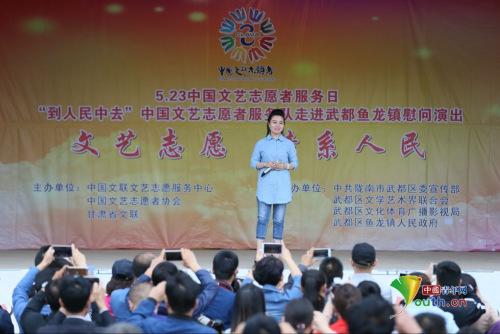 煤矿文工团青年女高音歌唱家王聆燕在唱文艺志愿者歌曲《到人民中去》