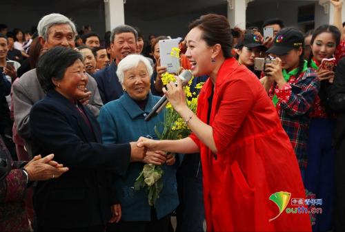 中央军委空军政治部文工团女高音歌唱家曲丹演唱《好心情》