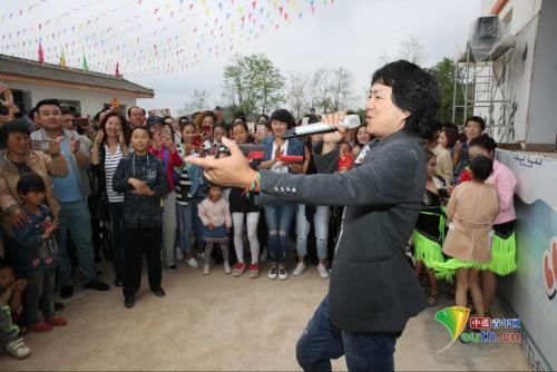 藏族青年男歌手云丹久美演唱《水中月亮》