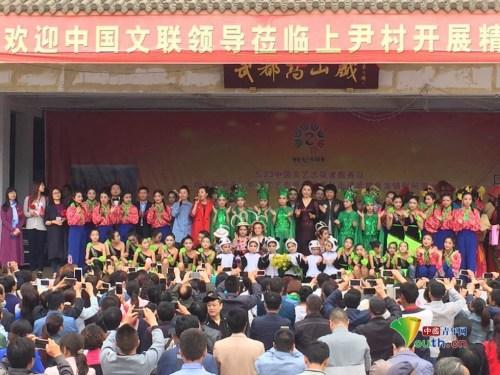 武都区领导、志愿者艺术家和村民同台演出