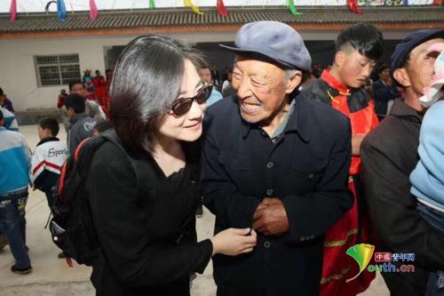 """武都村民向文艺志愿者小分队领队邢雅萍处长连声称赞""""你们来的真好"""""""
