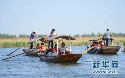 游客在雄安新区安新县白洋淀景区乘船游览(4月29日摄)。新华社记者 朱旭东 摄