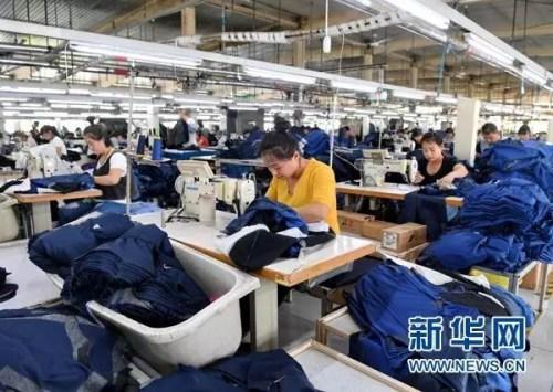 工人在雄安新区容城县津海服装工业园生产车间内工作(4月18日摄)。新华社记者 牟宇 摄