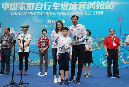 李富玉携妻子、儿子倡导家庭骑行。组委会供图