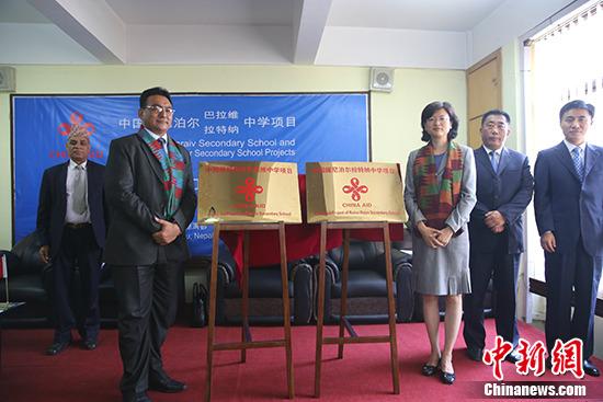 中国驻尼泊尔大使于红(右三)同尼泊尔教育部部秘尚塔・巴哈杜・什雷斯塔(左二)共同为项目揭牌。 记者 张晨翼 摄