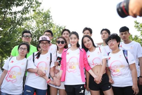 王丽坤与选手一起准备开跑。组委会供图