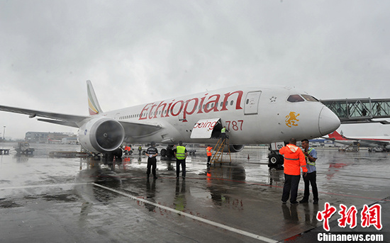 5月22日,埃塞俄比亚国家航空公司飞机抵达成都。 中新社记者 刘忠俊 摄