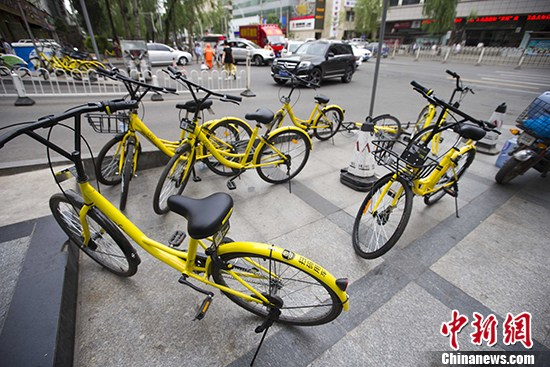 5月22日,山西太原街头停放的共享单车。 中新社记者 张云 摄