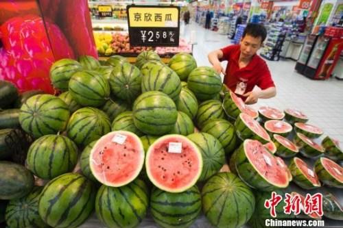 资料图:山西太原,超市员工正在整理西瓜。 张云 摄