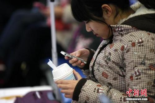 资料图:女孩正在玩手机。中新社发 徐崇德 摄