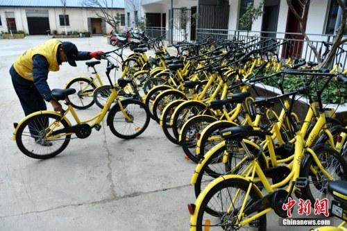 资料图:工作人员准备修理共享单车。中新社记者 任东 摄
