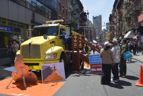 纽约市交通局将卡车开进勿街,为民众讲述如何躲过车辆盲点。(美国《世界日报》/记者俞姝含 摄)